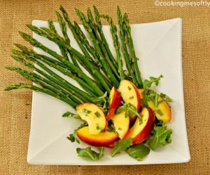 Insalata di asparagi con pesche alla menta