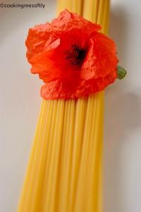 Spaghetti d'oro con papaveri