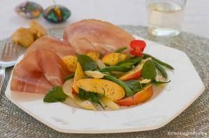 Nattarine in insalata con legumi e prosciutto crudo